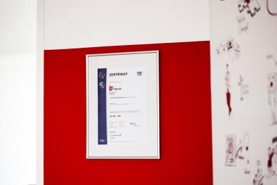 Bild Zertifikat an der Wand